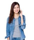 беседа телефона к женщине Стоковые Фотографии RF
