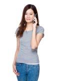 беседа телефона к женщине Стоковое Изображение