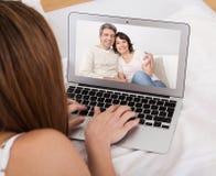 Беседовать видео молодой женщины Стоковые Изображения