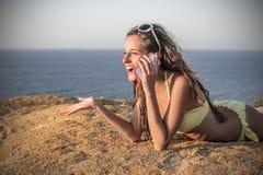Беседовать на телефоне Стоковое фото RF