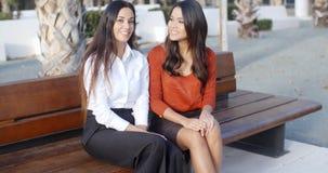 Беседовать стильной женщины 2 сидя outdoors Стоковые Изображения RF