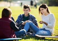 Беседовать Teenagees внешний Стоковая Фотография
