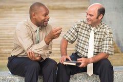 Беседуя бизнесмены стоковое фото rf