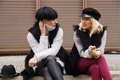 2 беседы молодой женщины Стоковые Фото