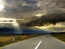 Бесконечная дорога в красивейшей природе Стоковые Фотографии RF