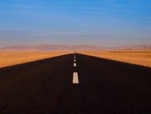 Бесконечная дорога асфальта Стоковые Фотографии RF