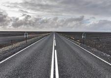 Бесконечная дорога в вулканической пустыне Стоковая Фотография RF
