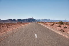 Бесконечная дорога в пустыне Сахары Стоковые Изображения