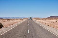 Бесконечная дорога в пустыне Сахары Стоковое Фото