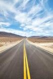 Бесконечная дорога пустыни в Death Valley, концепции перемещения Стоковая Фотография RF
