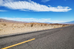 Бесконечная дорога пустыни, концепция перемещения, Калифорния, США Стоковые Фотографии RF