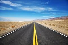 Бесконечная дорога пустыни, концепция перемещения Стоковое фото RF
