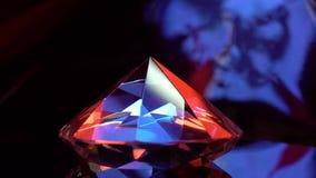 Бесконечно вращая диамант отражая оранжевый и голубой цвет сток-видео