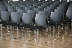 Бесконечные строки стульев в современном конференц-зале стоковые фотографии rf