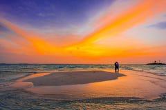 Бесконечный бассейн захода солнца с парой стоковые фото