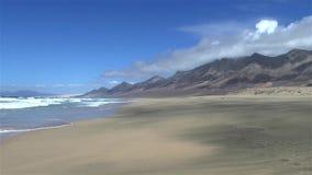Бесконечный песчаный пляж Cofete Фуэртевентуры сток-видео