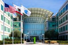 Бесконечный цикл Яблока, Cupertino, Калифорния, США - 30-ое января 2017: Вещество Яблока перед штабами мира Яблока Стоковое фото RF