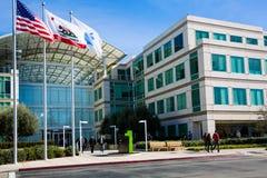 Бесконечный цикл Яблока, Cupertino, Калифорния, США - 30-ое января 2017: Вещество Яблока перед штабами мира Яблока Стоковые Фото