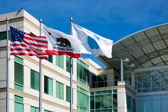 Бесконечный цикл Яблока, Cupertino, Калифорния, США - 30-ое января 2017: Вещество Яблока перед штабами мира Яблока Стоковые Изображения