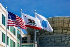 Бесконечный цикл Яблока, Cupertino, Калифорния, США - 30-ое января 2017: Флаг Яблока перед штабами Яблока стоковые изображения