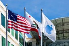 Бесконечный цикл Яблока, Cupertino, Калифорния, США - 30-ое января 2017: Флаг Яблока перед штабами Яблока стоковое фото rf