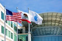 Бесконечный цикл Яблока, Cupertino, Калифорния, США - 30-ое января 2017: Флаг Яблока перед штабами Яблока стоковое изображение rf