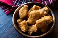 Бескостные крылья цыпленка в деревянных шаре/наггетах стоковые изображения