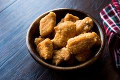 Бескостные крылья цыпленка в деревянных шаре/наггетах стоковая фотография