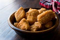 Бескостные крылья цыпленка в деревянных шаре/наггетах стоковая фотография rf