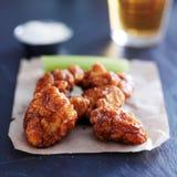 Бескостные крыла цыпленка барбекю с пивом на шифере отделывают поверхность стоковое фото