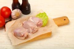 Бескостные сырцовые бедренные кости цыпленка стоковые изображения