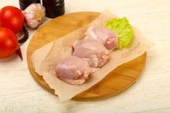 Бескостные сырцовые бедренные кости цыпленка стоковые фото