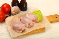 Бескостные сырцовые бедренные кости цыпленка стоковые изображения rf