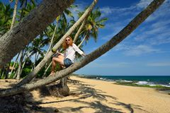 Беспечальная женщина ослабляя на тропическом пляже Стоковая Фотография