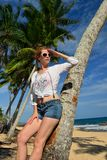 Беспечальная женщина ослабляя на тропическом пляже Стоковые Изображения