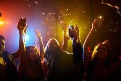 Беспечальная молодость поддерживая любимую певицу стоковые изображения rf
