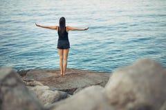Беспечальная спокойная женщина размышляя в природе Находить внутренний мир Практика йоги Духовный заживление образ жизни Наслажда стоковые изображения rf