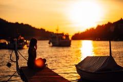 Беспечальная спокойная женщина размышляя в природе Находить внутренний мир Практика йоги Духовный заживление образ жизни Наслажда стоковое фото rf