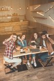 Беспечальные парни и девушки говоря в кофейне Стоковая Фотография RF