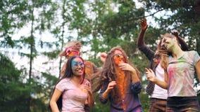 Беспечальные студенты танцуют на партии меча волосы имея большое время, их стороны, волосы и одежда пакостна с акции видеоматериалы