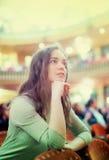 Беспечальная женская расслабленная программа театра стоковая фотография rf