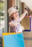 Беспечальная женщина держа хозяйственные сумки Стоковое Изображение