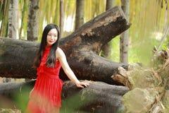 Беспечальная красота наслаждается свободным временем, здоровой живущей концепцией, чисто счастьем и свободой стоковые фотографии rf