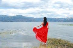 Беспечальная красота наслаждается свободным временем, здоровой живущей концепцией, чисто счастьем и свободой стоковое изображение rf
