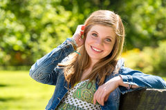 Беспечальная молодая женщина наслаждаясь солнечностью снаружи Стоковое фото RF