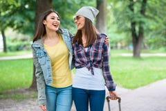 Беспечальные молодые женщины имея прогулку в природе Стоковые Фото