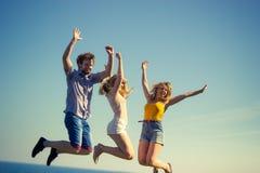 Беспечальные друзья скача морским путем вода океана Стоковые Изображения