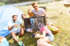 Беспечальные люди и женщины фотографируя Стоковое Изображение RF