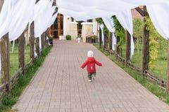 Беспечальный идущий ребенок Стоковое фото RF