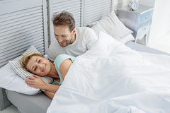 Беспечальный человек и женщина просыпаясь в спальне стоковая фотография